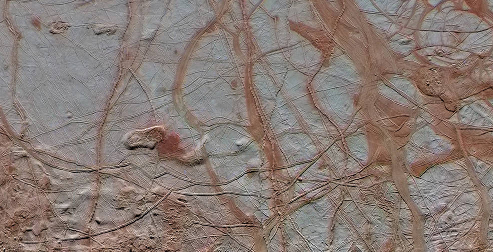 Intricate pattern of linear fractures on Europa